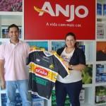 Anjo entrega camisa do Criciúma E.C. ao ganhador do sorteio entre os visitantes do estande na Casa Pronta