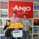 Ganhador criciumense da promoção da camisa do Criciúma Esporte Clube recebe o prêmio