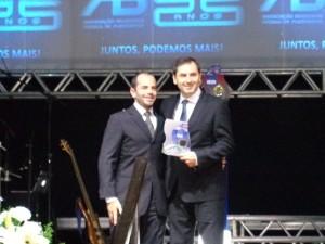 Diretor Executivo da Impressão recebendo o Prêmio Top Ten Fornecedor da ABFlexo