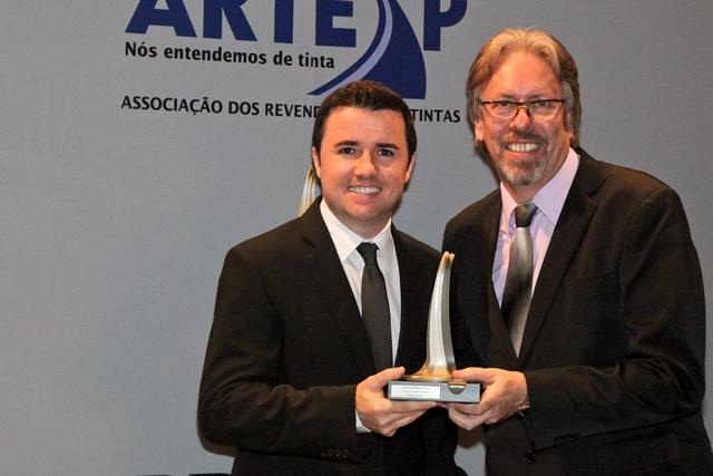 Diretor Executivo Revenda, André Sorensen, recebendo o Prêmio Artesp - Thinner Anjo é Ouro