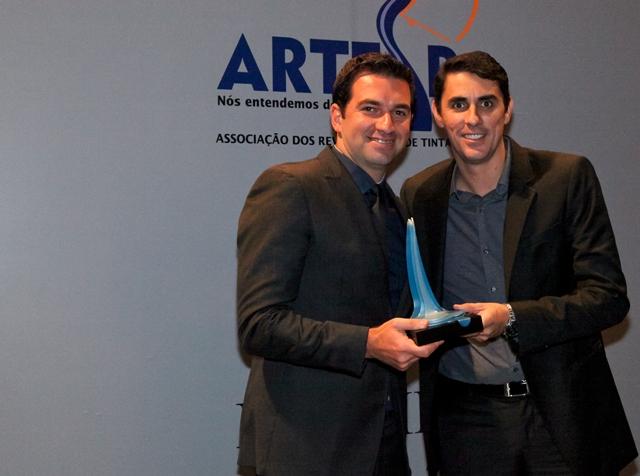 Gerente Regional São Paulo capital recebendo o Prêmio Destaque e Reconhecimento no setor Tinteiro