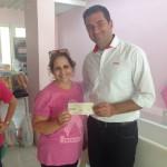 Instituto Neo Mama recebe cheque da Campanha Pinte com as Cores da Prevenção